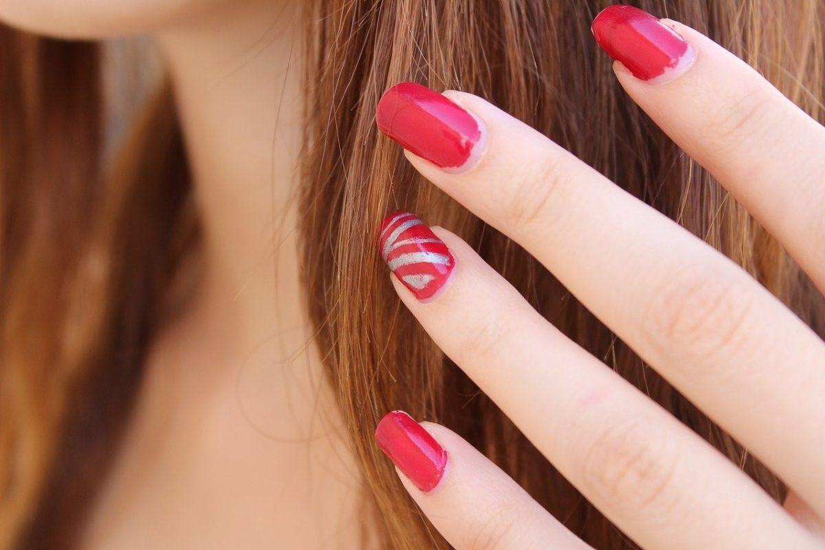 Los 7 colores de uñas que más favorecen en verano