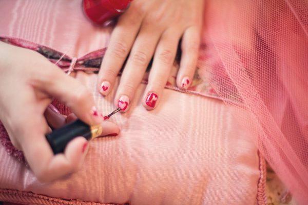 手と足にマニキュアを塗る方法
